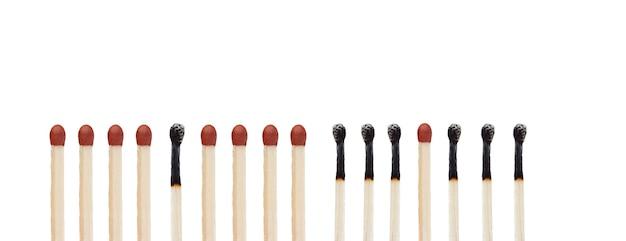 Palitos de fósforo queimados e não queimados isolados em um fundo branco