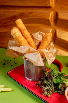 Palitos de mussarela frita com hortaliças laterais
