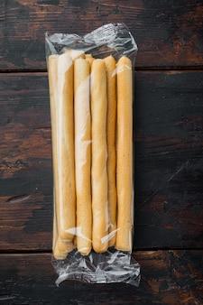 Palitos de pão, com azeite, na velha mesa de madeira