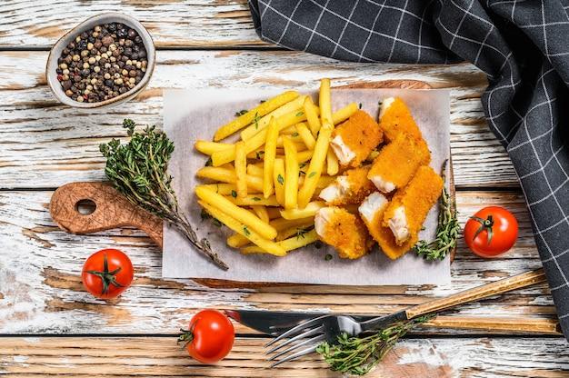 Palitos de peixe frito com batatas fritas
