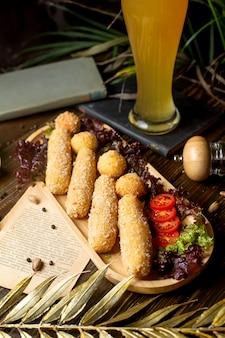 Palitos de queijo e bolas em massa sobre uma mesa