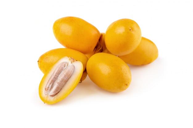 Palma de data crua amarela isolada no fundo branco