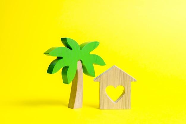 Palmeira de madeira e casa com corações