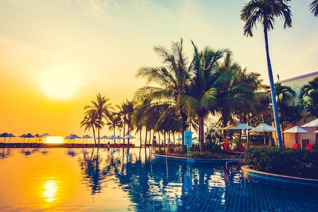 Palmeira de silhueta na piscina