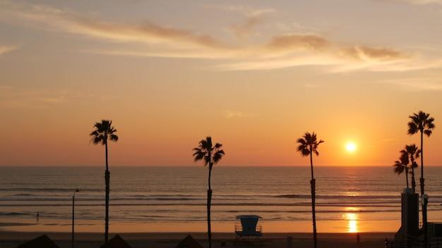 Palmeiras e céu do pôr do sol, estética da califórnia. vibrações de los angeles. torre de vigia do salva-vidas, cabana da torre de vigia