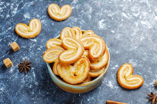 Palmier puff pastelaria. biscoitos palmier franceses deliciosos com açúcar, vista superior.