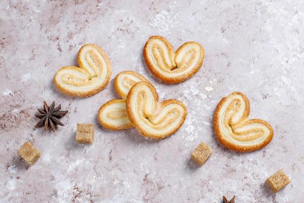 Palmier puff pastelaria. delicioso francês palmier cookies com açúcar