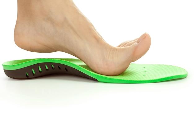 Palmilha ortopédica e perna feminina acima