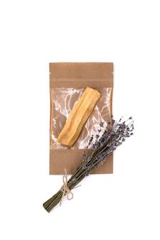 Palo santo com buquê de lavanda seca em bolsa artesanal contra fundo branco
