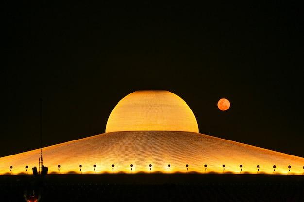 Pamilhões de estatueta dourada de buda do pagode dhammakaya em wat dhammakaya à noite o