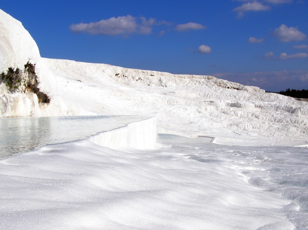 Pamukkale águas termais com as rochas brancas.