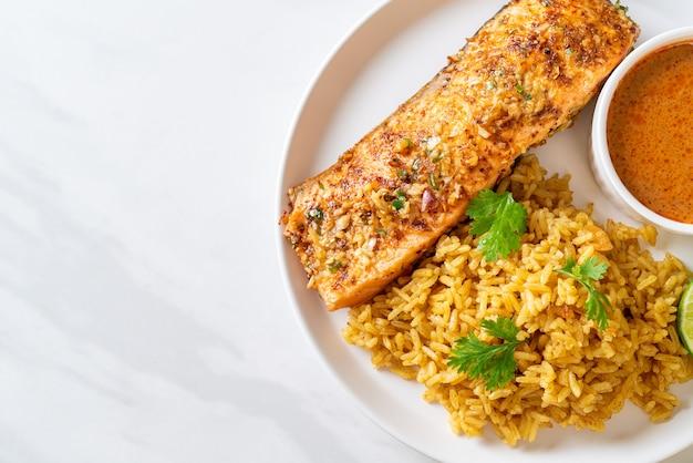 Pan tandoori de salmão grelhado com arroz masala. estilo de comida muçulmana