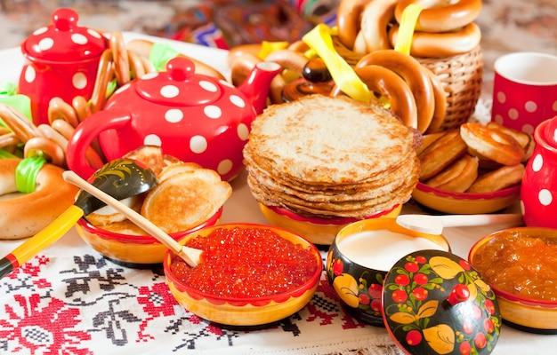 Pancake com caviar vermelho e chá