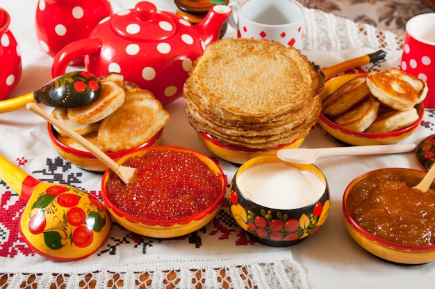 Pancake com caviar vermelho