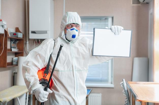 Pandemia do coronavírus. um desinfetante em uma roupa de proteção e uma máscara borrifam desinfetantes em casa ou no escritório. proteção contra a doença covid-19. prevenção do vírus da pneumonia em propagação com superfícies.