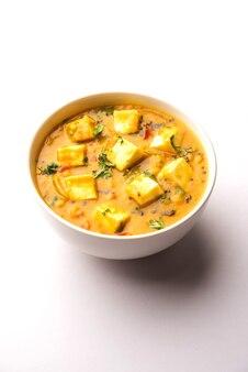Paneer dal fry é uma combinação de cubos de queijo cottage mergulhados em masala de lentilha amarela