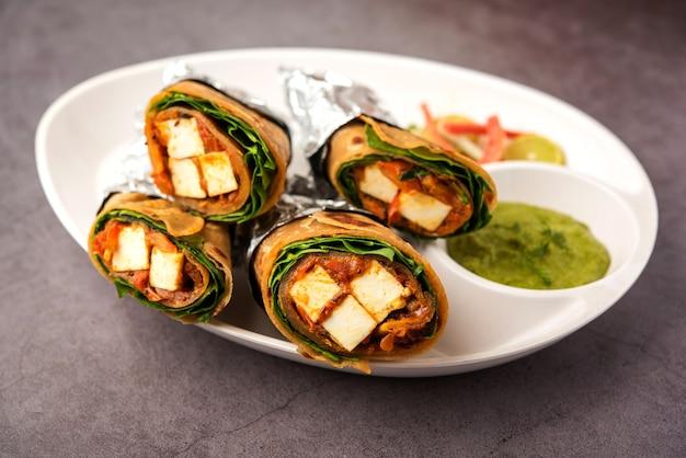 Paneer de queijo cottage kathi roll ou wrap, também conhecido como rolinho primavera estilo kolkata, comida indiana vegetariana