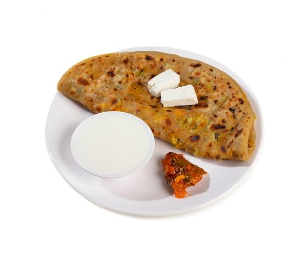 Paneer paratha servido com coalhada ou chutney