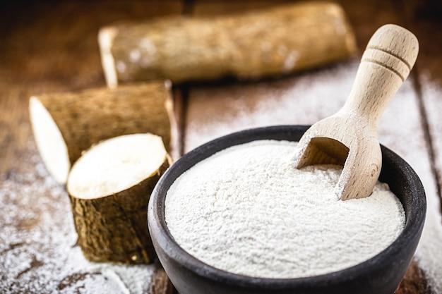 Panela artesanal de barro com farinha de mandioca, chamada polvilho, fécula de mandioca, carimãƒâ £ ou goma