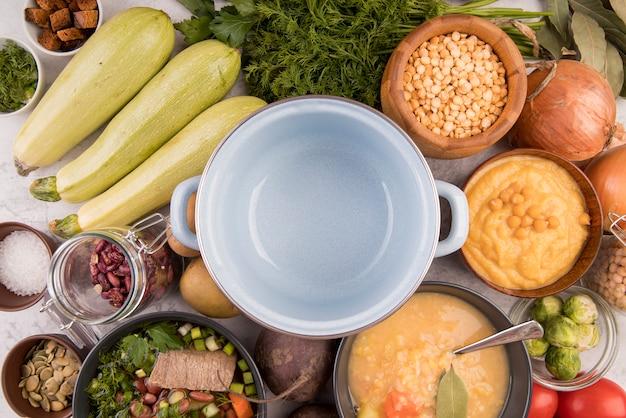 Panela cercada por ingredientes da sopa