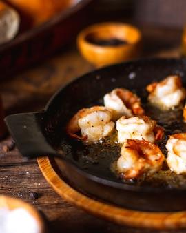 Panela com camarão frito