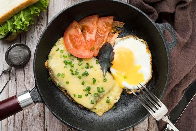 Panela com ovo e legumes