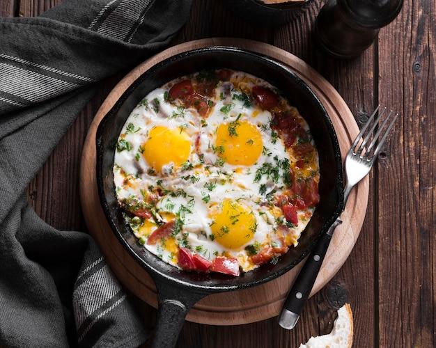 Panela com ovos fritos