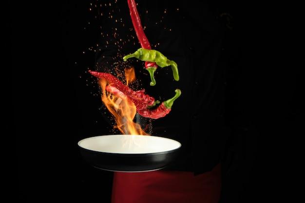 Panela com pimentão vermelho e verde