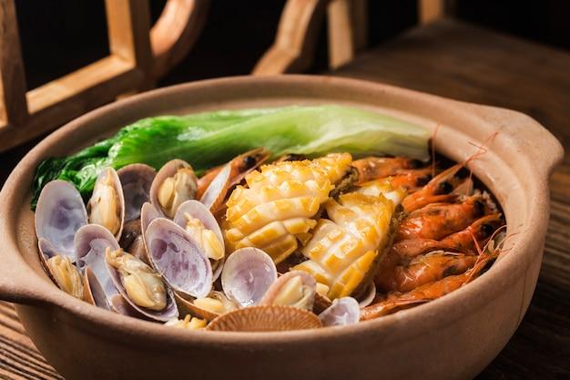 Panela de arroz de frutos do mar estilo cantonês