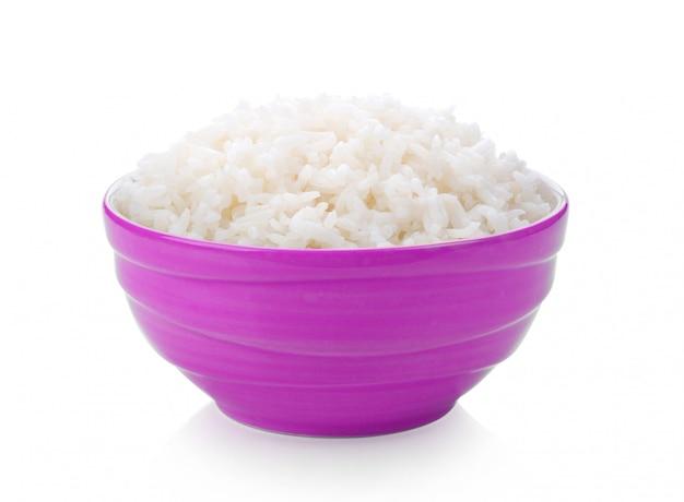 Panela de arroz em uma tigela na superfície branca