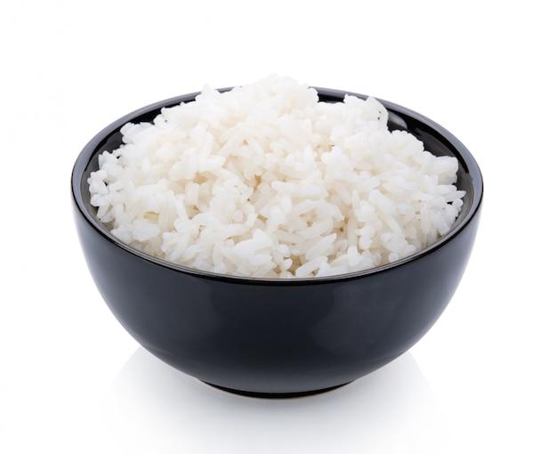 Panela de arroz em uma tigela preta na superfície branca