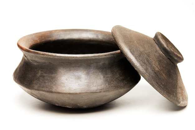 Panela de barro com tampa feita de argila preta especial para cozinhar isolada em um fundo branco