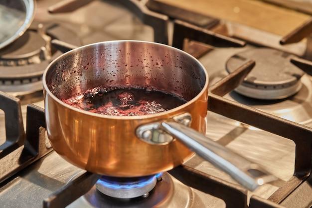 Panela de cobre em fogo baixo para fazer o molho.