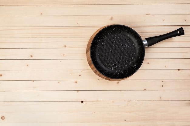 Panela de ferro fundido na mesa de madeira. vista do topo