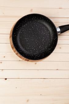 Panela de ferro fundido na mesa de madeira.