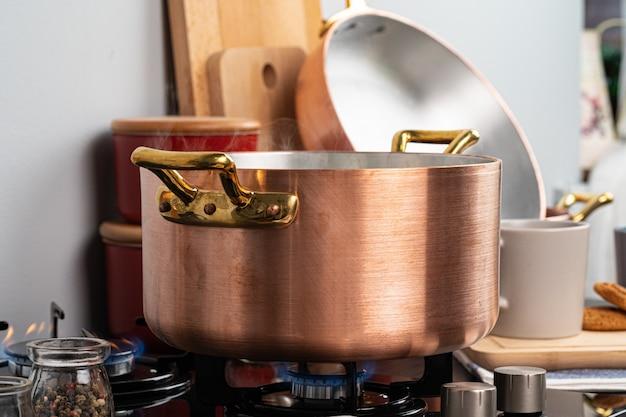 Panela de metal em um fogão a gás em casa cozinha close-up
