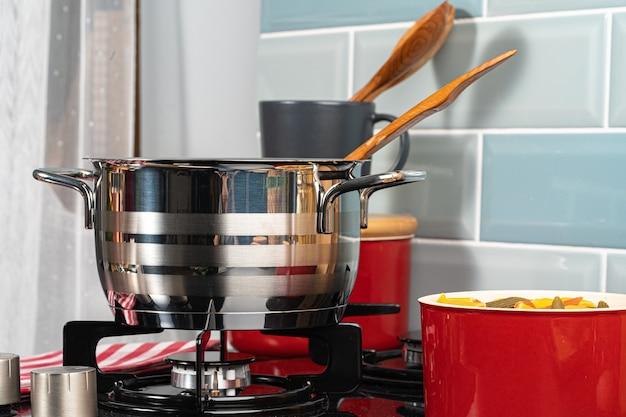 Panela de metal em um fogão a gás na cozinha de casa close-up
