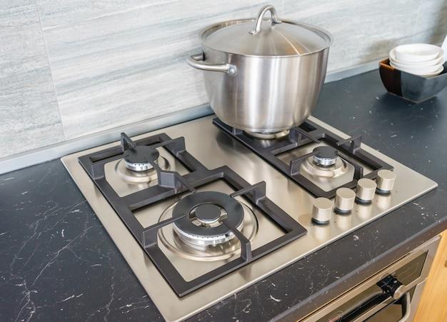 Panela de metal na placa de indução na cozinha moderna