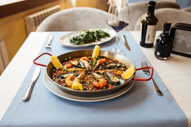 Panela de paella espanhola de frutos do mar com mexilhões e camarões