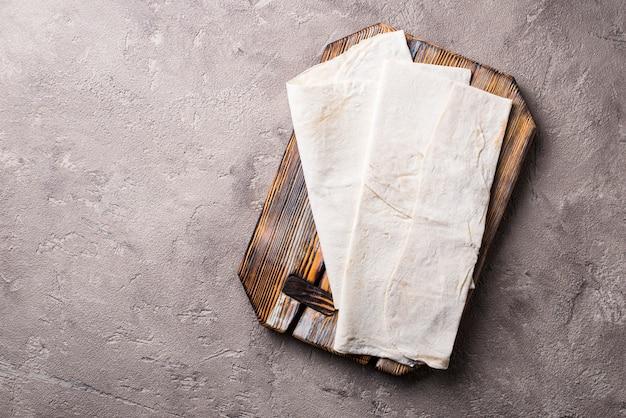 Panela de pão achatado armênio na mesa