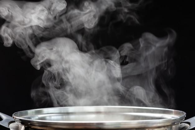 Panela de prata tradicional com fumaça branca