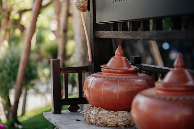 Panela de solo que contém água para beber no norte da tailândia.