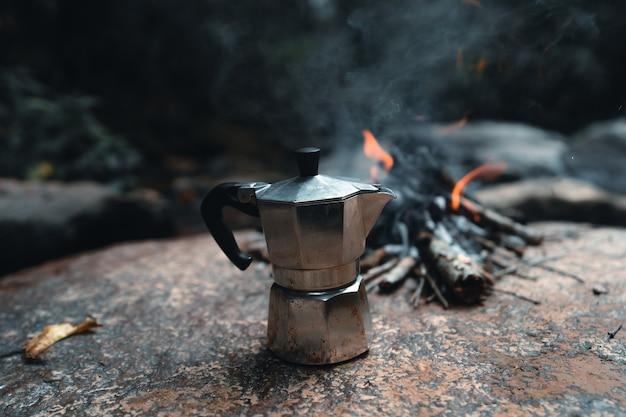 Panela moka ao ar livre, preparando café na floresta com uma panela moka