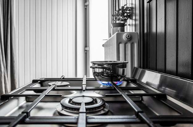 Panela pequena de metal no fogão da cozinha