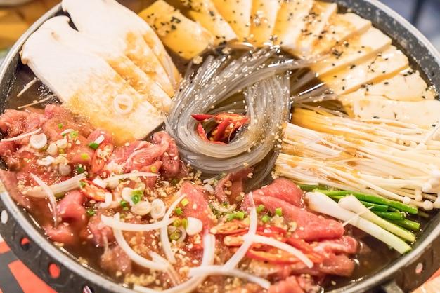 Panela quente de comida coreana (budaejjigae)