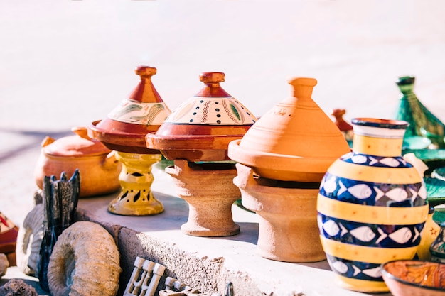 Panelas de barro no mercado em marrocos