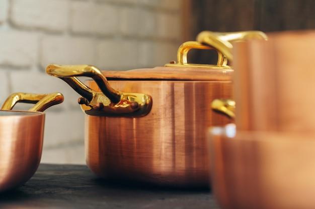 Panelas de cobre limpo na cozinha close-up