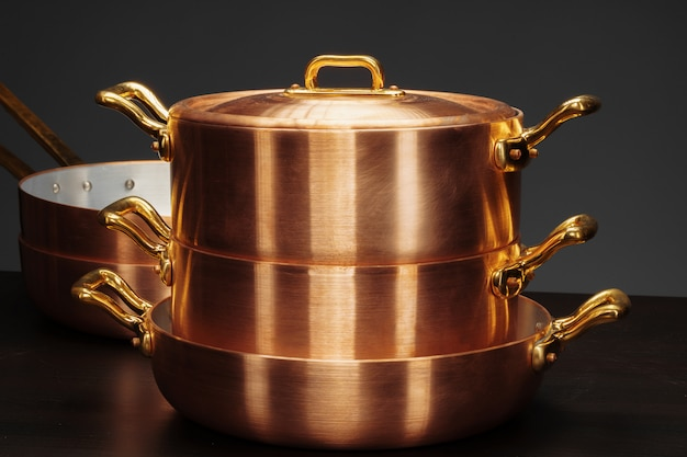 Panelas de cobre vintage brilhante mais escuro