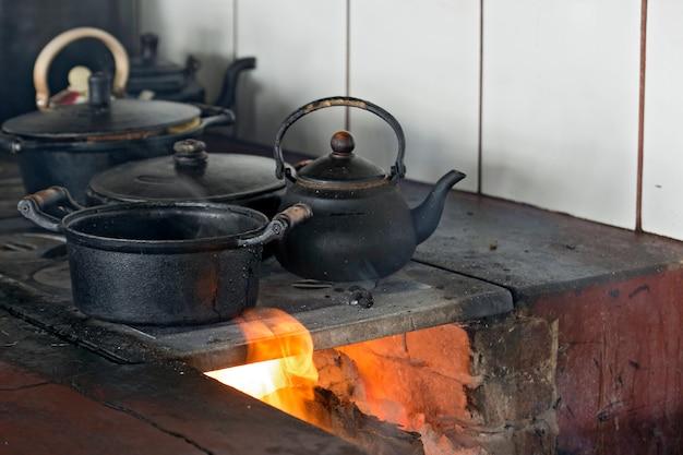 Panelas de ferro sobre fogão a lenha