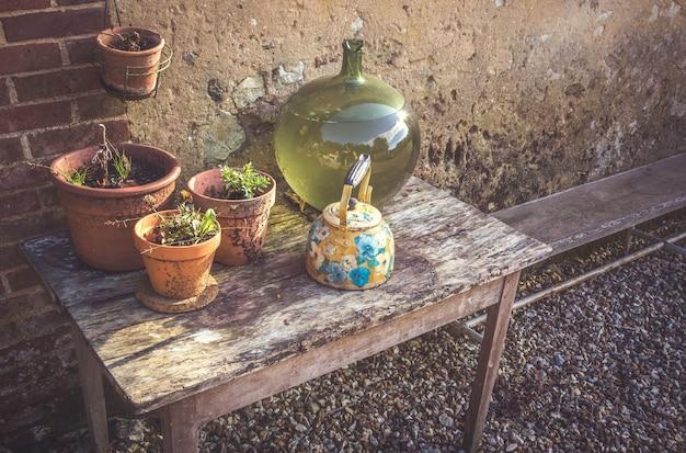 Panelas e vasos sobre uma mesa